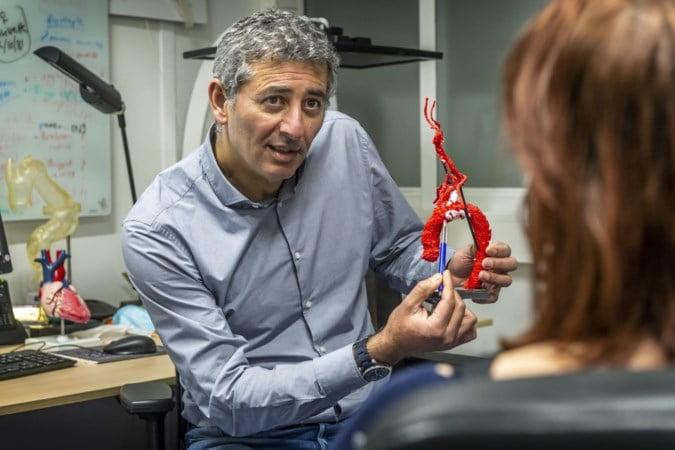 Hartchirurg Ehsan Natour in gesprek met een patiënt.